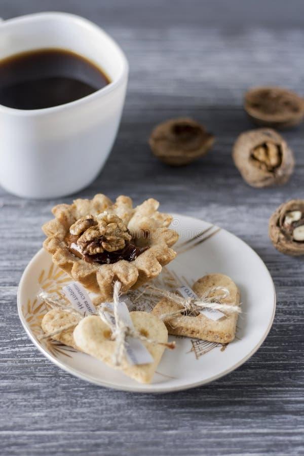 Hornada hecha en casa Cestas de la pasta de la torta de frutas con las nueces y la leche condensada fotos de archivo