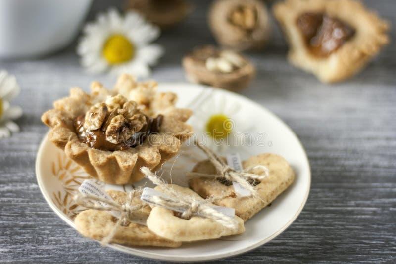 Hornada hecha en casa Cestas de la pasta de la torta de frutas con las nueces y la leche condensada fotos de archivo libres de regalías