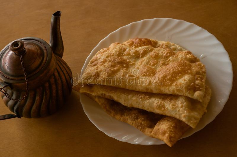 Hornada tradicional y tetera ?rabe foto de archivo libre de regalías