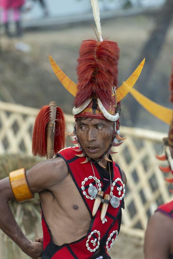 Hornbill-Festival Nagaland, Indien: Am 1. Dezember 2013: Naga-Stammes- Mann mit einer bunten Kopfbedeckung am Hornbill-Festival lizenzfreie stockbilder