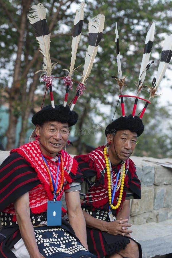 Hornbill-Festival Nagaland, Indien: Am 1. Dezember 2013: Stammes- Mann Konyak, der mit seinem Kollegen am Hornbill-Festival sitzt stockfoto