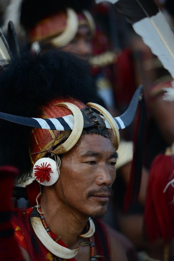 Hornbill-Festival Nagaland, Indien: Am 2. Dezember 2013: Stammes- Mann mit einer einzigartigen Kopfbedeckung am Hornbill-Festival lizenzfreie stockfotografie