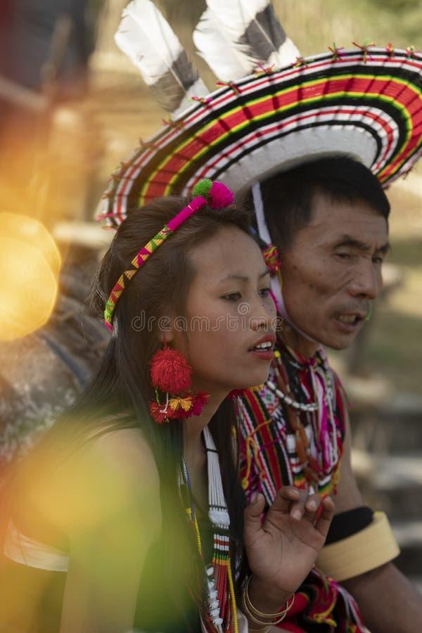 Hornbill-Festival Nagaland, Indien: Am 1. Dezember 2013: Stammes- Paare, welche die Tanzleistung in der Arena am Hornbill-Festiva lizenzfreies stockfoto