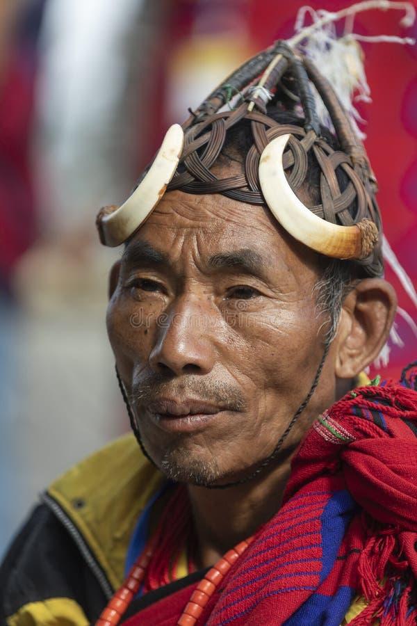Hornbillfestival Nagaland, India: 1 December 2013: Naga Stammenmens die een Hoed met Everzwijnslagtand dragen bij Hornbill-Festiv royalty-vrije stock afbeelding