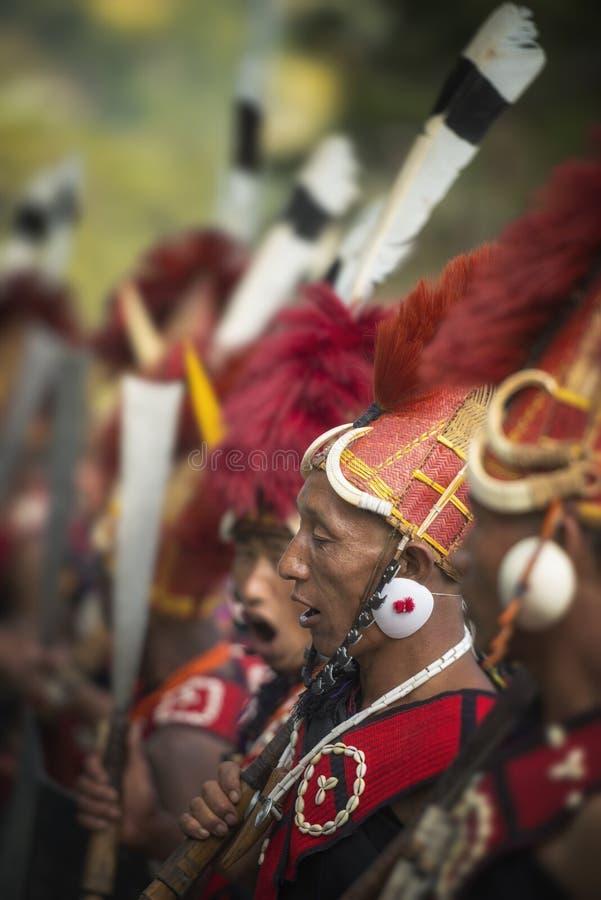 Hornbillfestival Nagaland, India: 1 December 2013: Naga Stammenmens tijdens de welkome dans bij Hornbill-Festival stock foto