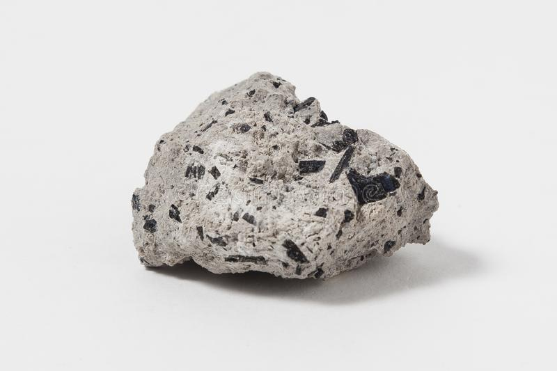"Hornblende kruszec na białym tle Jest kompleksu inosilicate seriami kopaliny ferrohornblende †""magnesiohornblende ono jest napr zdjęcia stock"