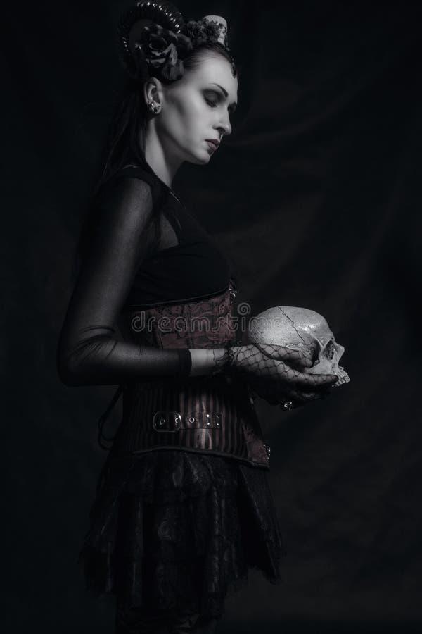 Horned дама с черепом стоковое фото