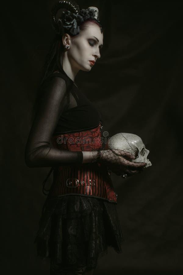 Horned дама с черепом стоковое фото rf