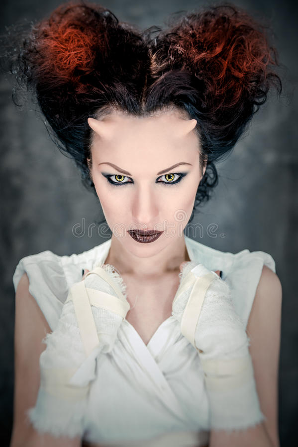 Horned женщина с ярким составом стоковая фотография