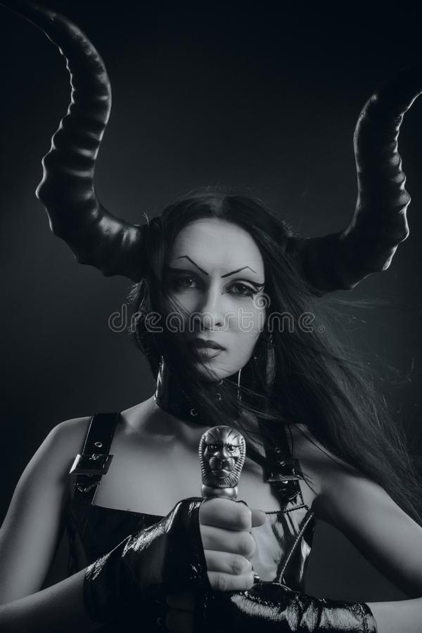 Horned demonisk flicka med svärdet arkivfoton