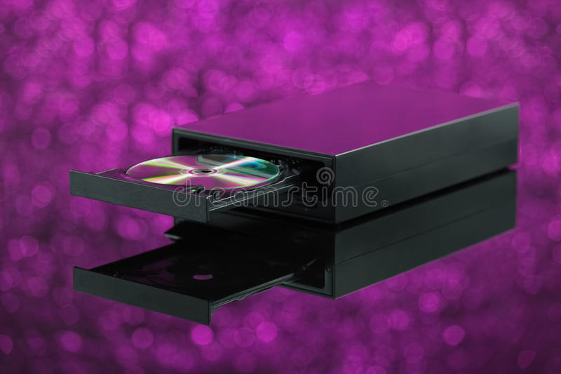 Hornilla CD negra del DVD en fondo púrpura imagenes de archivo