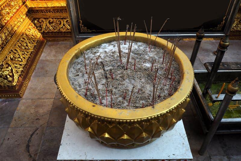 hornilla de incienso del oro en templo tailandés imagenes de archivo