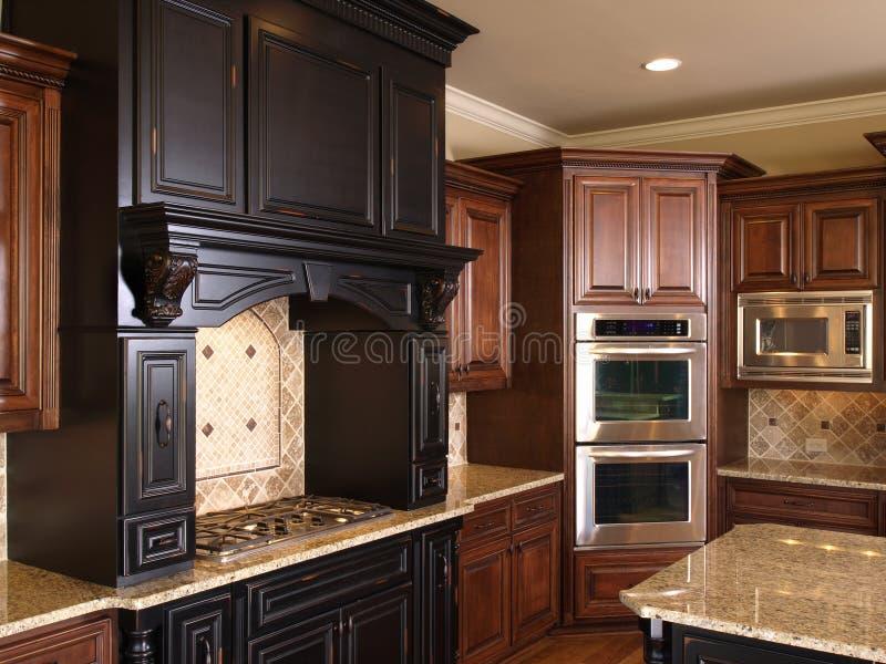 Hornillas y horno de centro de lujo de la cocina de la isla imagen de archivo