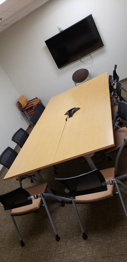 Hornillos y sillas en la sala de conferencias imágenes de archivo libres de regalías