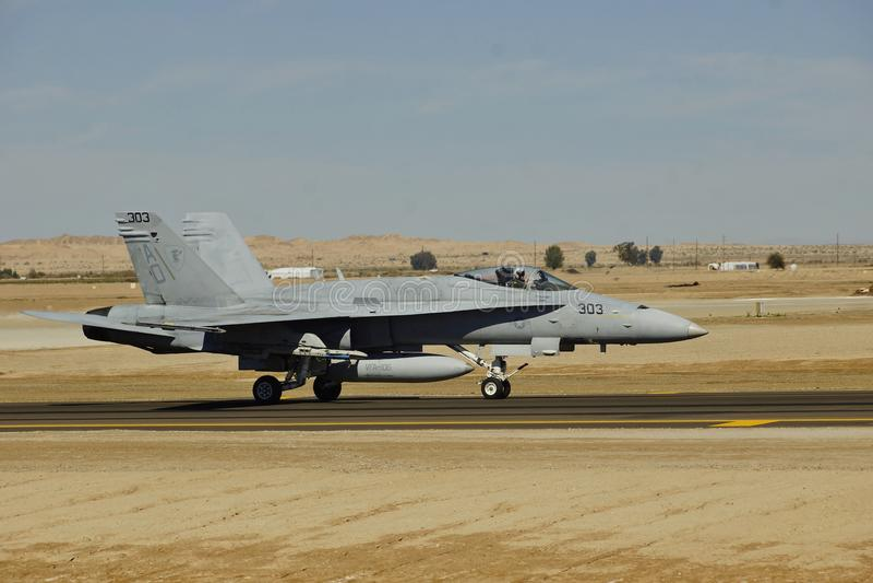 Hornisse USMC McDonnell Douglas F/A-18D, die in NAF EL Centro für die Ausbildung 2017 ankommt lizenzfreie stockfotografie