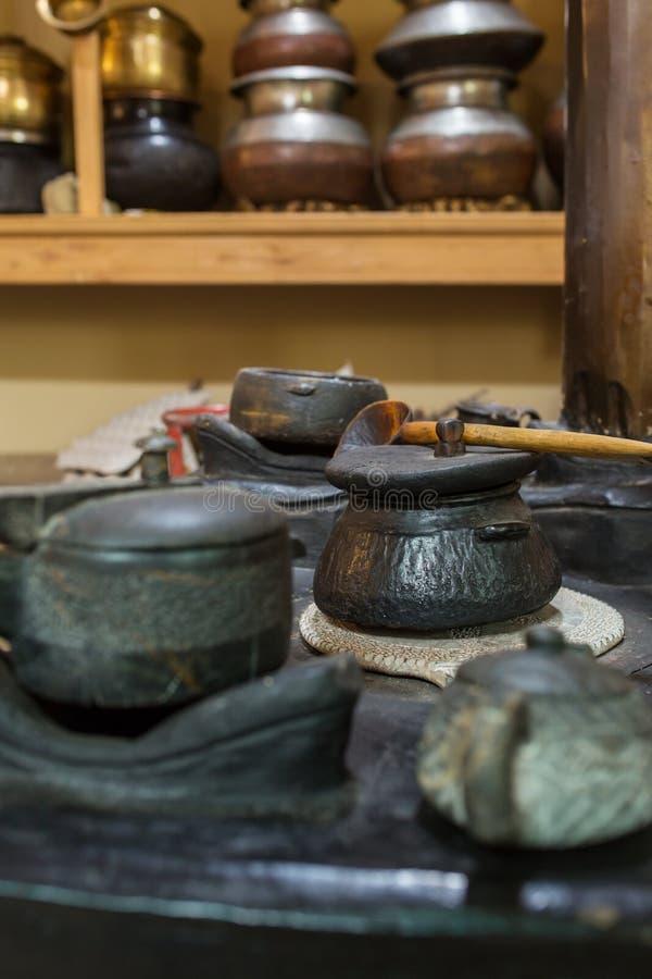 Horno auténtico del ladakhi con los potes en él en la región de Ladakh fotos de archivo