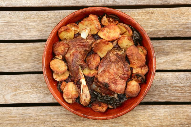Horno de la carne asada de la carne del cordero en las patatas de la cazuela de la arcilla imágenes de archivo libres de regalías