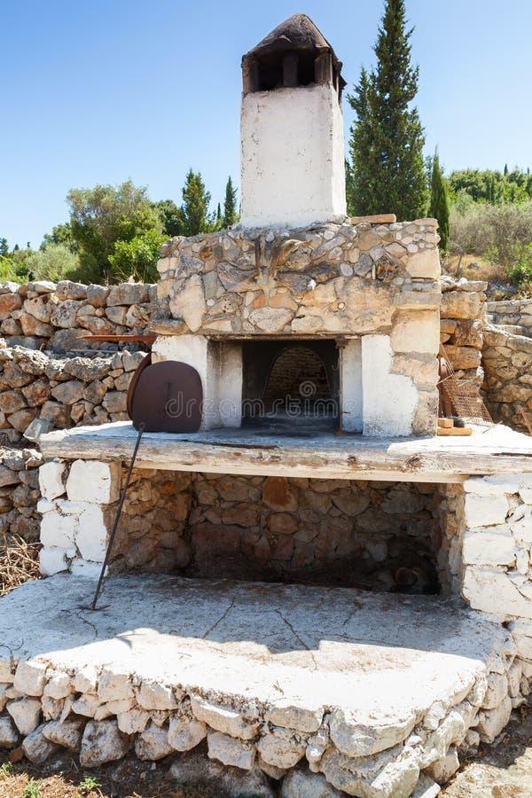 Horno de piedra blanco en jard n del verano imagen de - Horno de piedra ...