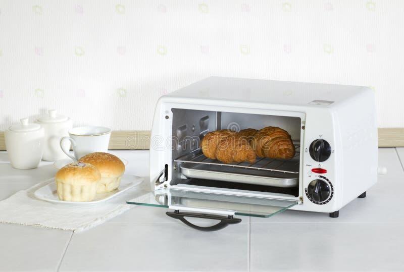 Horno del asador del aparato electrodoméstico en la cocina imagen de archivo libre de regalías