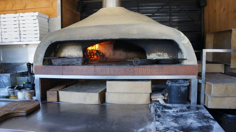 Horno encendido madera italiana de la pizza fotos de archivo