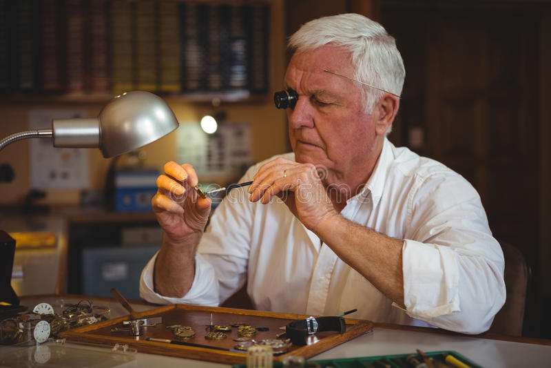 Horologist naprawia zegarek obraz royalty free