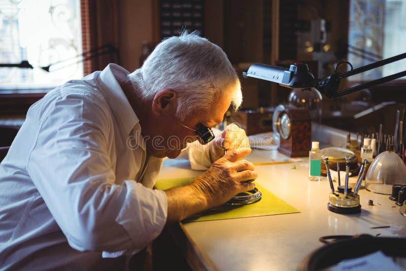 Horologist que repara un reloj fotografía de archivo libre de regalías