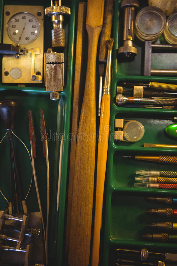 Horologistwerkstatt mit der Uhr, die Werkzeuge, Ausrüstungen und Maschinerie repariert lizenzfreie stockfotos