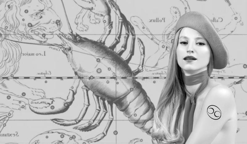 horoscope Знак зодиака Карциномы, красивая Карцинома женщины на карте зодиака стоковое фото rf