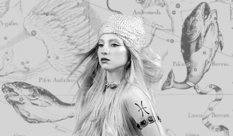 horoscope Знак зодиака Pisces, красивая женщина Pisces на карте зодиака стоковое изображение rf