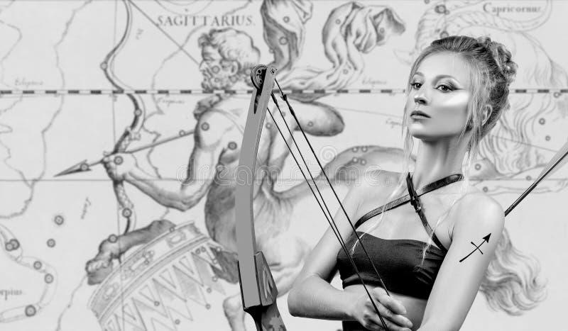 horoscope Muestra del zodiaco del sagitario, sagitario hermoso de la mujer en mapa del zodiaco imagen de archivo