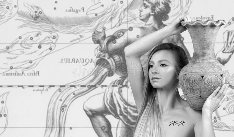 horoscope Sinal do zodíaco do Aquário, Aquário bonito da mulher no mapa do zodíaco imagens de stock royalty free