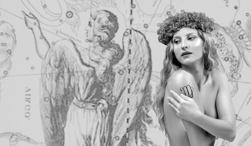 horoskop Virgo zodiaka znak, Piękny kobiety Virgo na zodiak mapie obraz royalty free