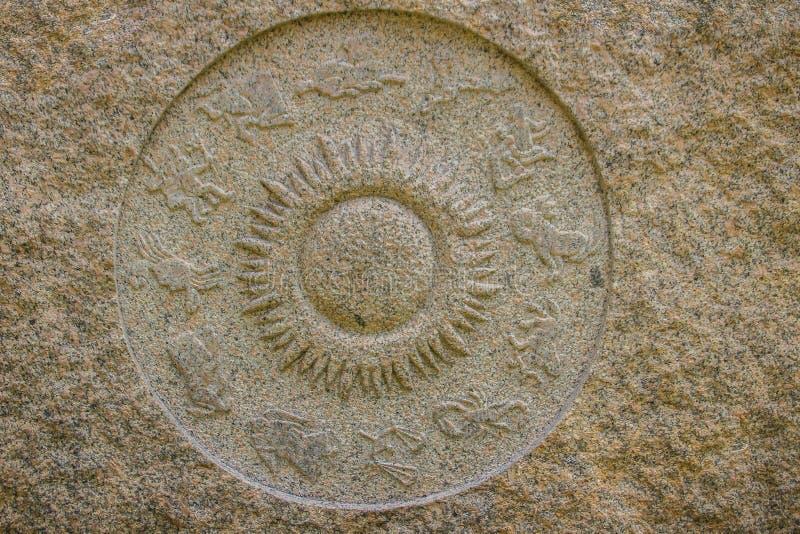 Horoskopraddiagramm gemacht vom Marmorstein Altes Stein-zodi stockfotos