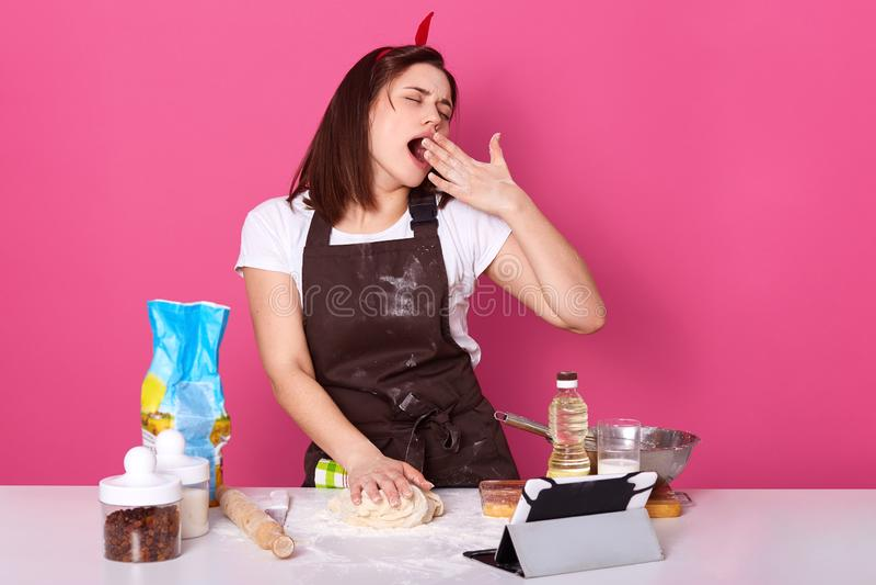 Horozontal A Tire Du Tablier De Cuisine Habille Par Femme Au Foyer