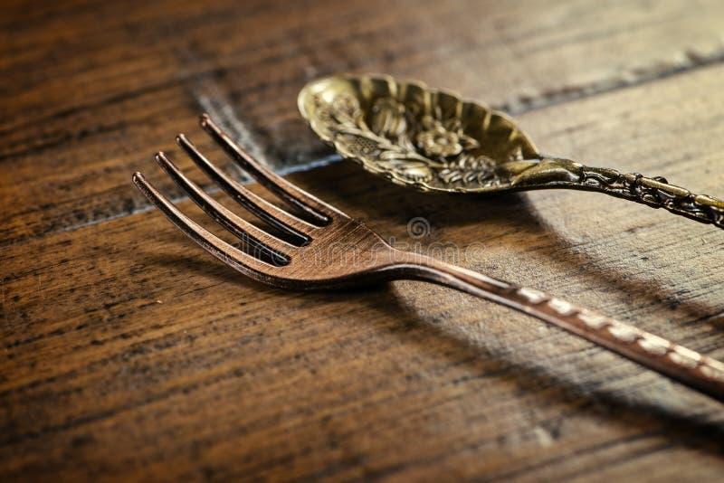 Horquilla antigua y cuchara sobre fondo de madera imagen de archivo libre de regalías