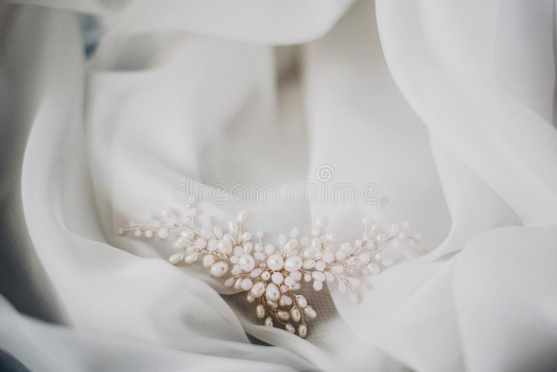 Horquilla blanda elegante de la perla en Tulle blanca suave en luz de la mañana en la habitación Accesorios nupciales para el día imagen de archivo libre de regalías