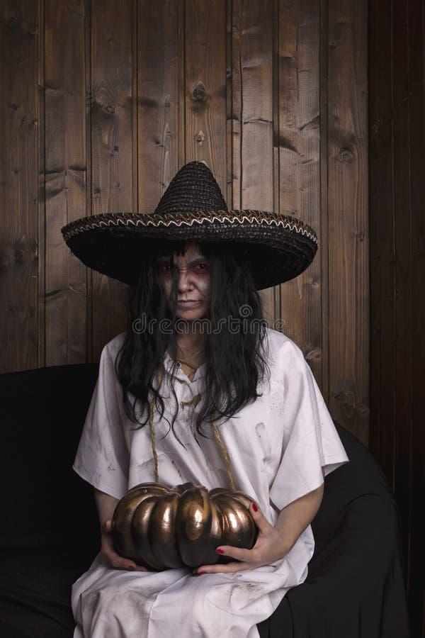 Horror da menina de Chost que veste uma camiseta branca e um chapéu mexecan fotografia de stock royalty free