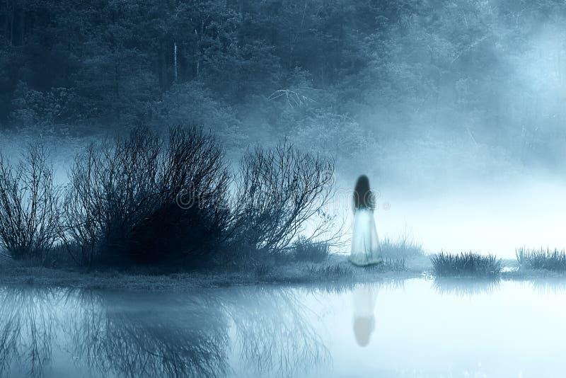Horror kobieta w mgle fotografia royalty free