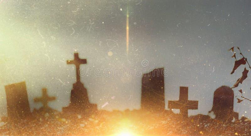 Horror Scary Halloween Holiday Pedras soltas e túmulos num cemitério numa noite iluminada pela lua Imagem Tonelada com grão de fi fotos de stock royalty free