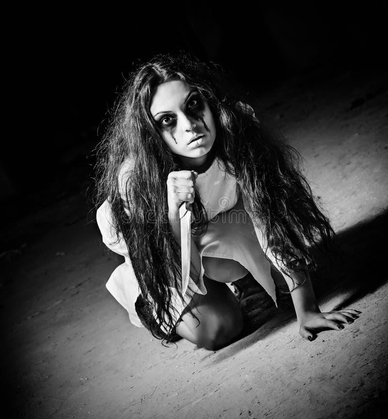 Horror strzelający: straszna potwór dziewczyna z nożem w rękach czarny white fotografia royalty free