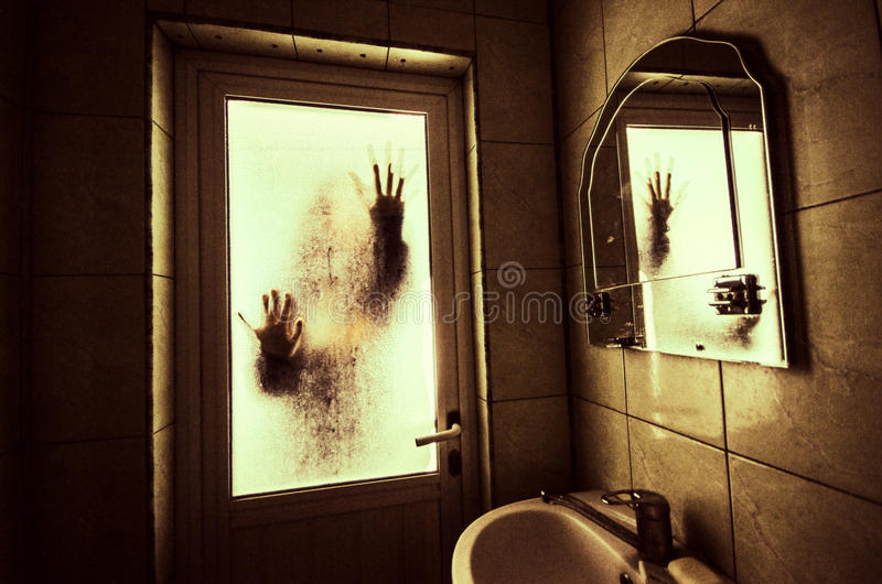 Horrorfrau in Griffkäfigs des Fensters Szenen-Halloween-Konzept des hölzernen Handfurchtsamem verwischte Schattenbild der Hexe lizenzfreie stockfotografie
