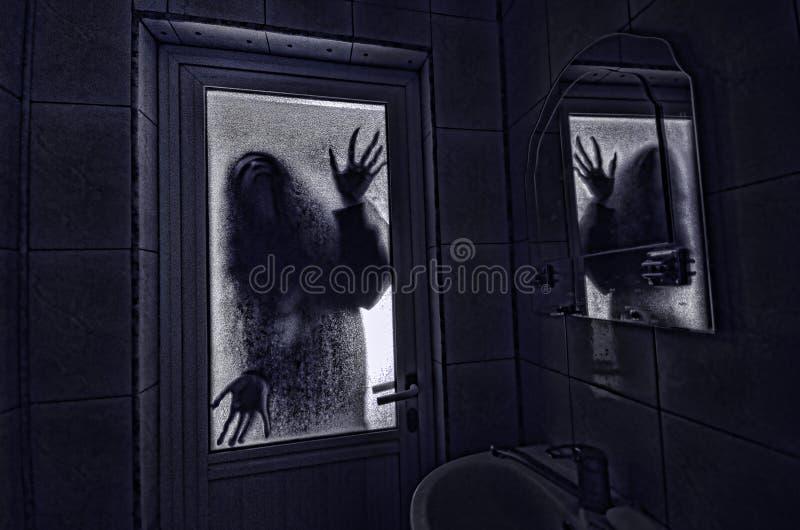 Horrorfrau in Griffkäfigs des Fensters Szenen-Halloween-Konzept des hölzernen Handfurchtsamem verwischte Schattenbild der Hexe lizenzfreie stockfotos