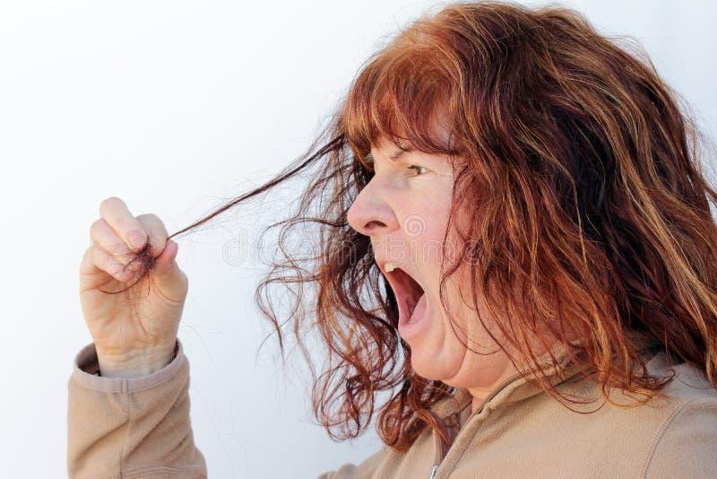 Horrorizan a una mujer en su pérdida de pelo imagen de archivo libre de regalías