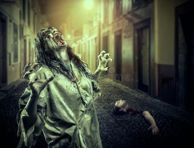 Horroru żywego trupu rozkrzyczana dziewczyna na ciemnej ulicie obraz royalty free