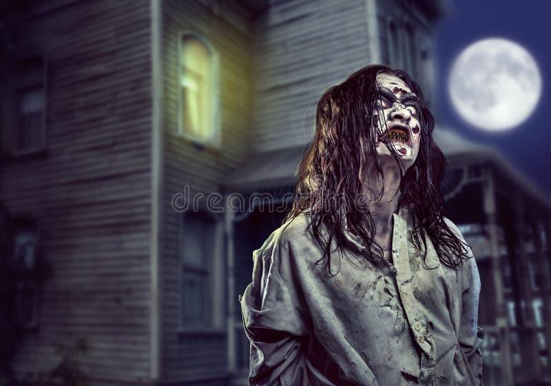Horroru żywy trup blisko zaniechanego domu halloween zdjęcie stock
