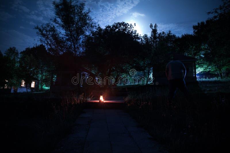 Horroru Halloween pojęcie Płonąca stara nafciana lampa w lesie przy nocą Nocy sceneria koszmar scena obrazy stock