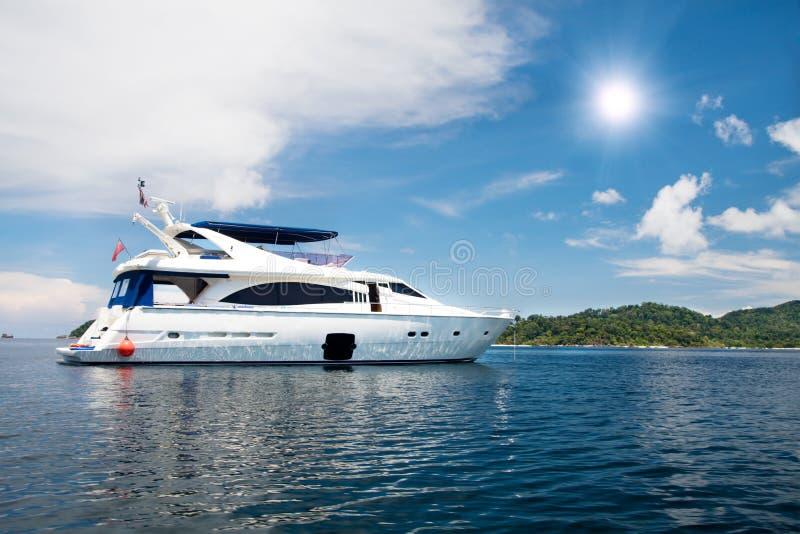 Hors-bord conduisant à vitesse normale en mer tropicale photographie stock