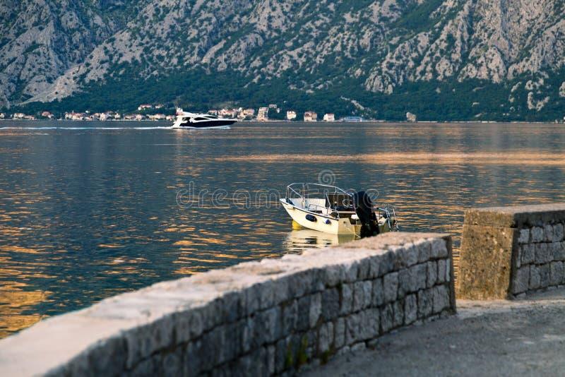 Download Hors-bord En Mer Au Coucher Du Soleil Image stock - Image du bateau, côte: 87702713