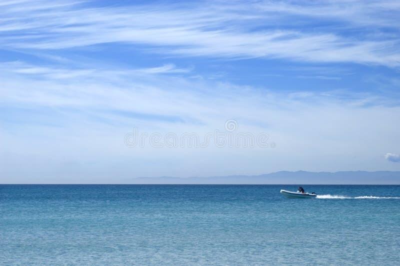 Hors-bord et l'océan infini image stock