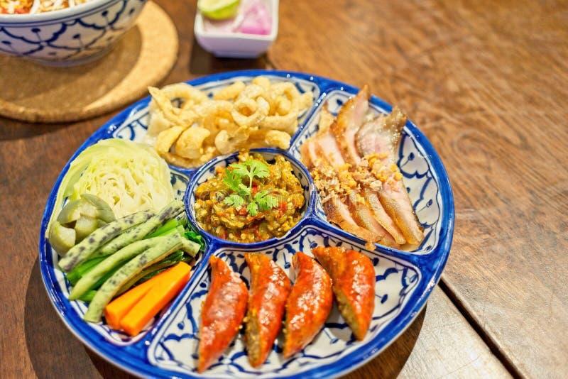 ` Hors d Gesamtwerke des traditionellen thailändischen NordLebensmittels - thailändische Lebensmittelnordart, Schweinefleischrind stockbilder